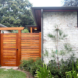 This is an example of a midcentury modern side yard landscaping in Los Angeles.
