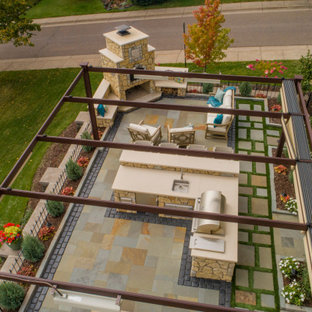 Geometrische, Kleine Klassische Gartenkamin im Sommer, hinter dem Haus mit direkter Sonneneinstrahlung und Natursteinplatten in Sonstige