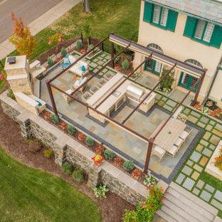 Geometrischer, Kleiner Klassischer Garten im Sommer, hinter dem Haus mit Kamin, direkter Sonneneinstrahlung und Natursteinplatten in Sonstige