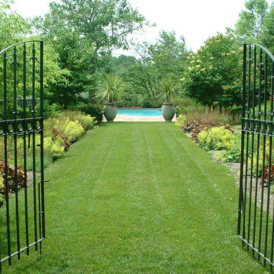 This is an example of a large traditional backyard landscaping in Philadelphia.