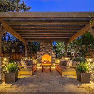 Mittelgroßer, Halbschattiger Klassischer Garten im Herbst, hinter dem Haus mit Kamin und Natursteinplatten in Denver