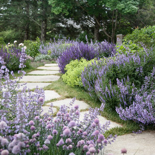 ポートランド(メイン)のラスティックスタイルのおしゃれな庭 (庭への小道) の写真