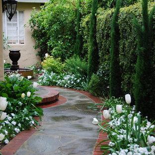 Esempio di un giardino classico nel cortile laterale