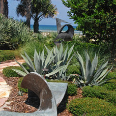 Beach Style Landscape by Hortus Oasis