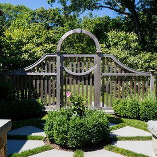 Foto de camino de jardín francés, tradicional, extra grande, en verano, en patio lateral, con exposición total al sol y adoquines de piedra natural
