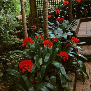 Ejemplo de jardín de estilo zen, grande, en primavera, en ladera, con exposición reducida al sol y adoquines de ladrillo