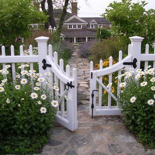 Maritimer Garten mit Natursteinplatten in Boston