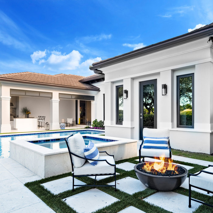 Photo of a transitional backyard landscaping in Miami with a fire pit for fall.