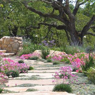 Ispirazione per un giardino formale contemporaneo esposto a mezz'ombra di medie dimensioni e dietro casa con un ingresso o sentiero e pavimentazioni in pietra naturale