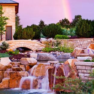 Inspiration för stora eklektiska trädgårdar i full sol, med en fontän och naturstensplattor