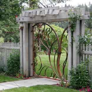 Свежая идея для дизайна: садовые дорожки и калитки на заднем дворе в современном стиле - отличное фото интерьера