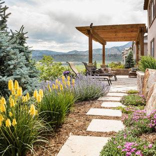 Ispirazione per un giardino xeriscape classico esposto in pieno sole dietro casa e di medie dimensioni in estate con pavimentazioni in pietra naturale