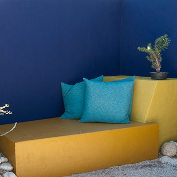 Colored walls in the garden