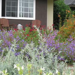 Неиссякаемый источник вдохновения для домашнего уюта: солнечный участок и сад среднего размера на переднем дворе в средиземноморском стиле с хорошей освещенностью и покрытием из гравия