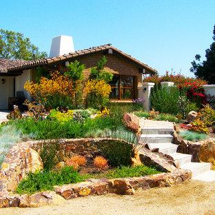 Mittelgroßer Mediterraner Kiesgarten im Sommer, hinter dem Haus mit direkter Sonneneinstrahlung in San Diego