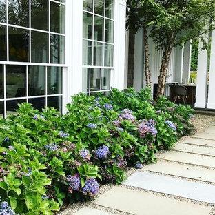 Geometrischer, Großer, Halbschattiger Klassischer Garten im Sommer, hinter dem Haus mit Kamin und Betonplatten in New York