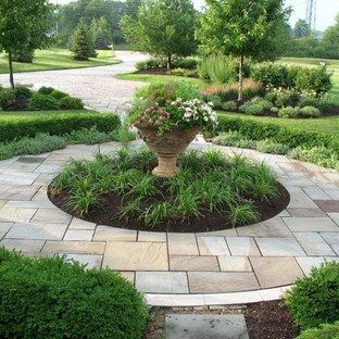 Свежая идея для дизайна: большой геометрический, солнечный участок и сад на заднем дворе в классическом стиле с садовой дорожкой или калиткой, хорошей освещенностью и покрытием из каменной брусчатки - отличное фото интерьера