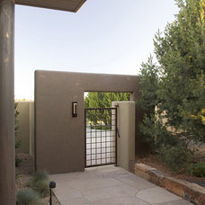 Contemporary Landscape by Clemens & Associates Inc.