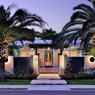 Inspiration for a contemporary front garden in Miami.