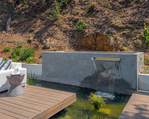Jardin avec une terrasse en bois ou composite contemporain for Deco bassin koi