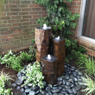 Inspiration for a mid-sized contemporary front yard shaded garden in Chicago with a water feature.