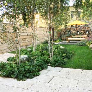 Aménagement d'un petit jardin arrière contemporain avec une exposition partiellement ombragée et des pavés en brique.