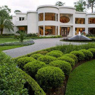 Пример оригинального дизайна интерьера: летний садовый фонтан на переднем дворе в современном стиле с полуденной тенью и дорожками из тротуарной плитки