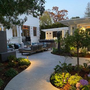 Kleiner Klassischer Garten hinter dem Haus mit Kamin, direkter Sonneneinstrahlung und Natursteinplatten in San Francisco