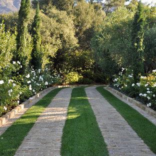 Geräumiger Mediterraner Vorgarten mit Auffahrt und Pflasterklinker in Santa Barbara