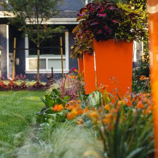 バンクーバーの中サイズのコンテンポラリースタイルのおしゃれな庭 (半日向、マルチング舗装) の写真