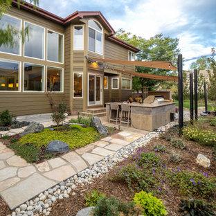 Mittelgroße Klassische Gartenkamin im Sommer, hinter dem Haus mit direkter Sonneneinstrahlung und Natursteinplatten in Sonstige