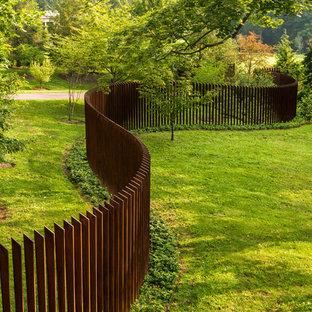 Idee per un giardino minimal dietro casa con recinzione in metallo