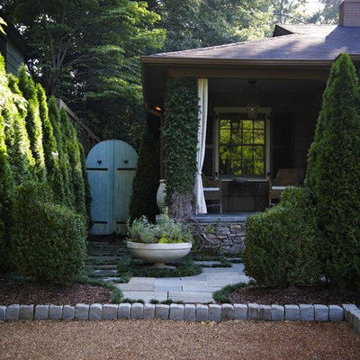 Design ideas for a traditional backyard landscaping in Birmingham.