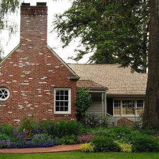 Cette photo montre un jardin avant chic avec des pavés en brique.