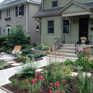 Foto på en vintage trädgård framför huset