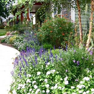 Halbschattiger Klassischer Vorgarten mit Blumenbeet in Sonstige