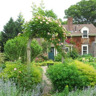 Immagine di un giardino stile rurale esposto in pieno sole di medie dimensioni e davanti casa con un ingresso o sentiero e ghiaia