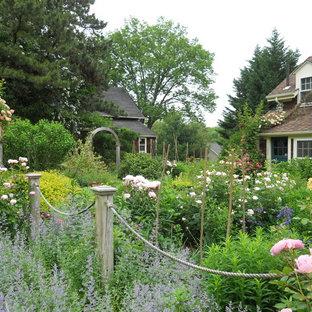 Ispirazione per un giardino formale stile rurale esposto in pieno sole di medie dimensioni e davanti casa con un ingresso o sentiero