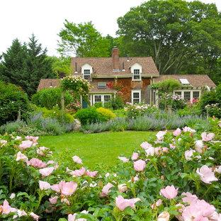 Ispirazione per un grande giardino formale stile rurale esposto in pieno sole davanti casa con un ingresso o sentiero