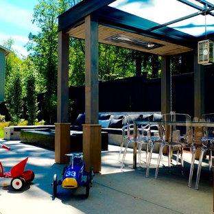 Geometrischer, Mittelgroßer, Halbschattiger Moderner Garten hinter dem Haus mit Kamin und Betonplatten in Seattle