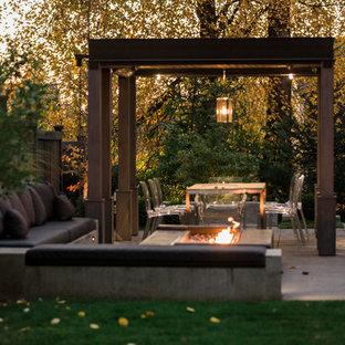 Geometrischer, Mittelgroßer Moderner Garten hinter dem Haus mit Kamin, direkter Sonneneinstrahlung und Betonplatten in Seattle