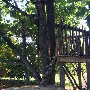 Idéer för mellanstora rustika bakgårdar i delvis sol, med en lekställning och marktäckning