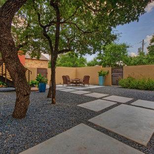 Mittelgroßer, Halbschattiger Moderner Vorgarten im Frühling mit Sportplatz, Gartenmauer und Betonplatten in Austin