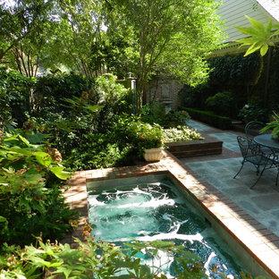 Immagine di un giardino chic in cortile con fontane
