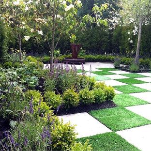 Ispirazione per un giardino contemporaneo dietro casa con fontane