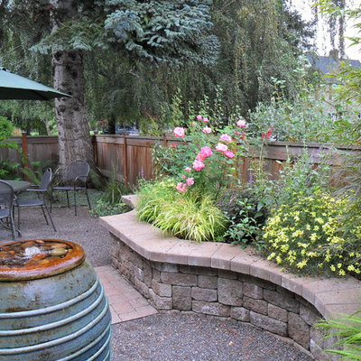 Inspiration for a traditional courtyard raised garden bed in Portland.