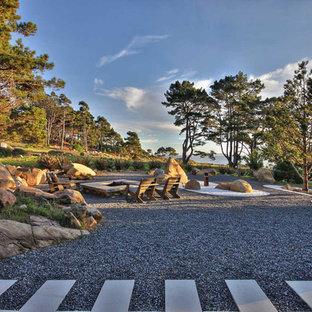 Стильный дизайн: участок и сад в морском стиле с покрытием из гравия - последний тренд