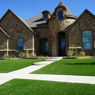 This is an example of a drought-tolerant and full sun front yard landscaping in Dallas.
