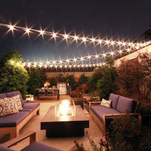 Idée de décoration pour un jardin arrière minimaliste de taille moyenne avec un foyer extérieur, une exposition partiellement ombragée et des pavés en béton.
