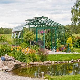 Bild på en mellanstor vintage trädgård i full sol, med en damm